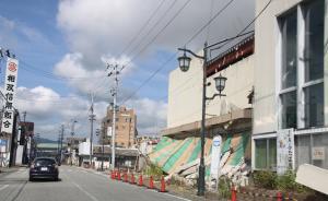 人通りはなく、崩れた建物がまだあちこちにあった=水野梓撮影