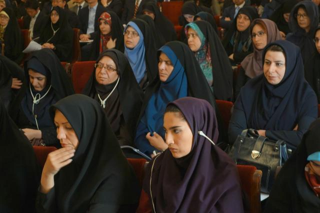 「イランの女性」と聞いて思い浮かぶのは、こんな姿だと思いますが……