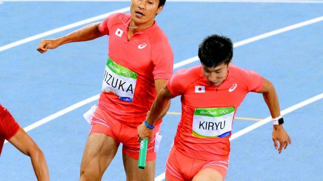 男子400メートルリレー決勝、第3走者の桐生祥秀(右)にバトンを渡す第2走者の飯塚翔太=西畑志朗撮影