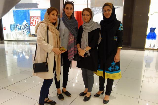 テヘラン北部のショッピングモールにいた仲良し4人組