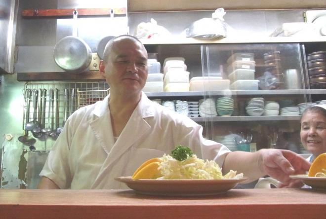 店主の相野谷信之さん(左)と、母の静枝さん