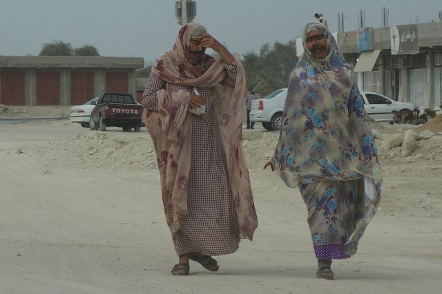 イラン南部ゲシュム島の女性。この地方の女性は仮面をつける習慣があります