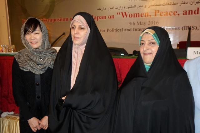 チャドルを着こなすイランのモラベルディ副大統領(中央)とエブテカール副大統領(右)。いちばん左は安倍昭恵さん