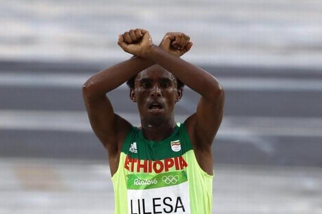 リオ五輪男子マラソンでゴールするエチオピアのリレサ選手=長島一浩撮影