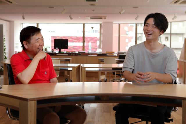 鴻上尚史さんが「ヒゲがないとやさしい顔だね」と話しかけると、奥田愛基さんは「そうですか?」とはにかんだ=竹谷俊之撮影