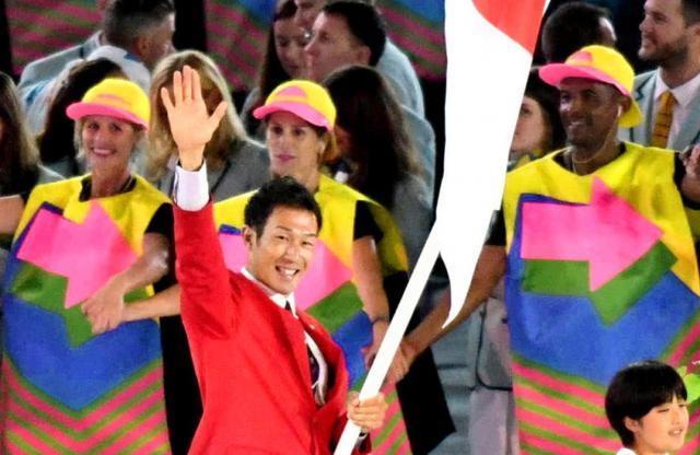 リオ五輪で、日本選手団の旗手を務めた右代啓祐選手=2016年8月5日、諫山卓弥撮影