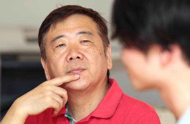 奥田愛基さんの言葉に耳を傾ける鴻上尚史さん=竹谷俊之撮影