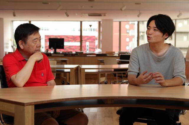 いじめについて語り合う鴻上尚史さんと奥田愛基さん=竹谷俊之撮影