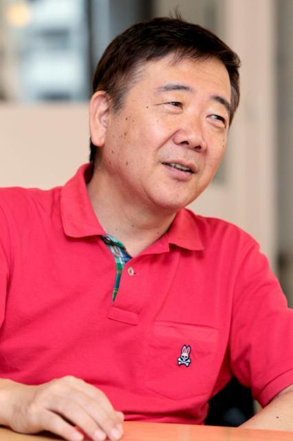 いじめをテーマにした小説を連載している鴻上尚史さん=竹谷俊之撮影