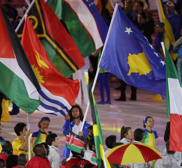 閉会式でのコソボ国旗=西畑志朗撮影