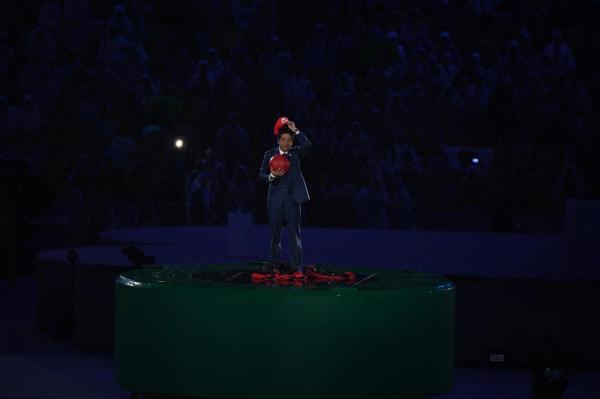 人気ゲームの「マリオ」に扮し、閉会式に登場した安倍晋三首相=諫山卓弥撮影