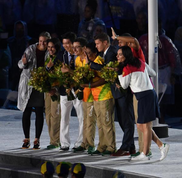 閉会式ではイシンバエワ氏(右端)ら新しいIOC委員からボランティアに花束が贈られた=21日、マラカナン競技場、諫山卓弥撮影