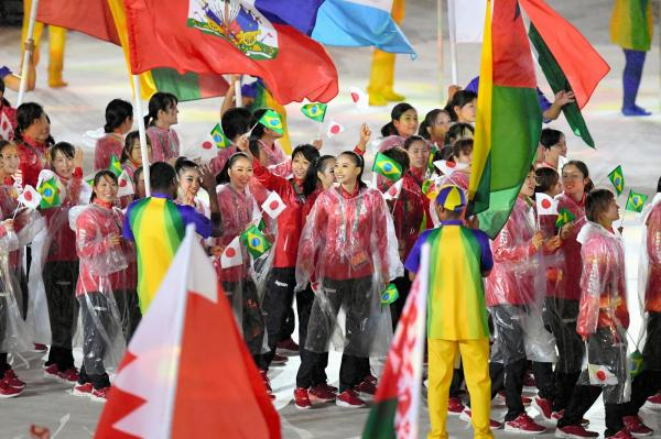 閉会式会場に入場する日本選手ら=21日、ブラジル・リオデジャネイロのマラカナン競技場、諫山卓弥撮影