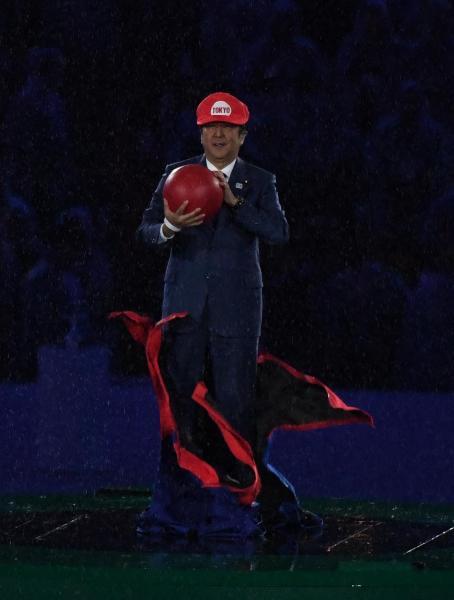 人気ゲームのキャラクター「マリオ」に扮し、閉会式に登場した安倍晋三首相=諫山卓弥撮影
