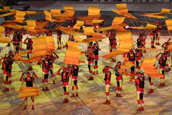 オレンジ色の衣装に身を包んだダンサーらが踊りを披露した=諫山卓弥撮影