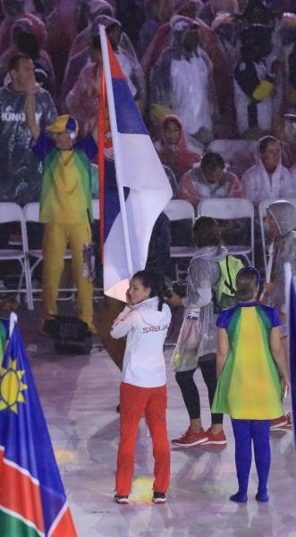 閉会式でセルビアの旗手を務めたボグダノビッチ=樫山晃生撮影