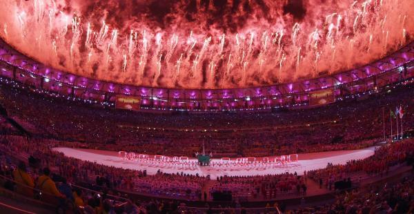 リオ五輪閉会式の東京五輪のPRアトラクションで打ち上がった花火=21日、マラカナン競技場、諫山卓弥撮影