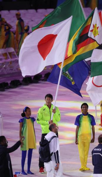 閉会式で日本の旗手を務めた右代啓祐=21日、マラカナン競技場、西畑志朗撮影
