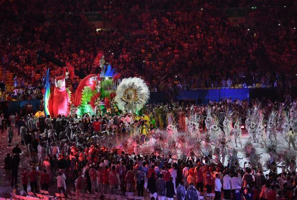聖火が消えた会場では、サンバのリズムに合わせ選手たちが踊った=諫山卓弥撮影