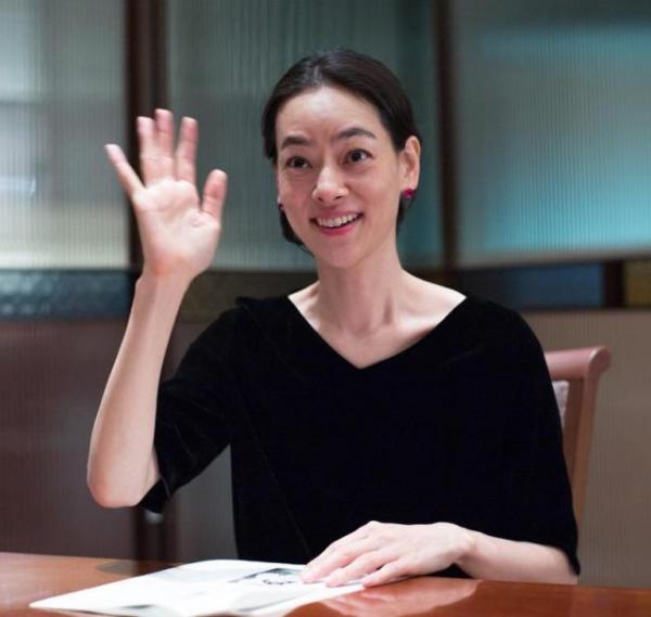インタビューに応える市川実日子さん。似顔絵になった尾頭ヒロミに「わたし、これが一番似てるのかなと思って。藤子Fタッチ」=東京・新宿、篠田英美撮影