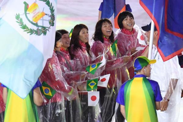 閉会式会場に入場するレスリングの吉田沙保里(中央)ら日本選手たち=21日、ブラジル・リオデジャネイロのマラカナン競技場、諫山卓弥撮影