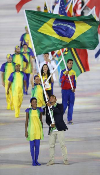 閉会式でブラジルの旗手を務めたケイロスドスサントス=林敏行撮影