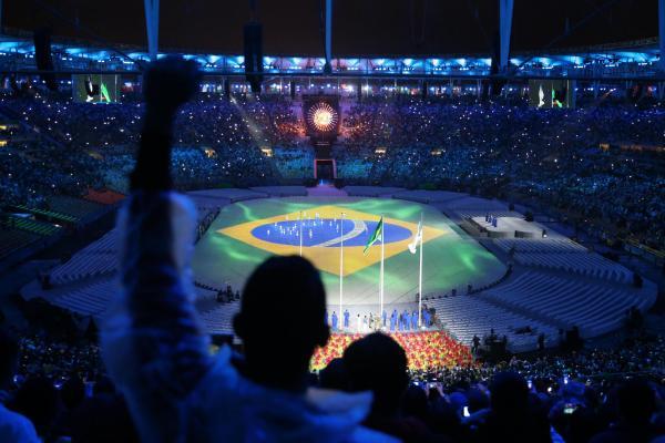 閉会式が始まり、ブラジル国旗が映し出された=長島一浩撮影