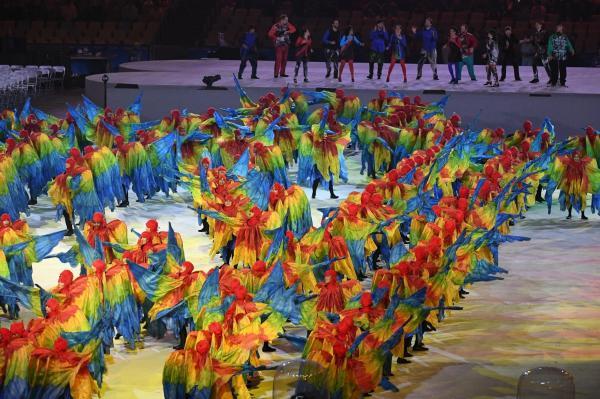 色鮮やかな衣装に身を包んだダンサーらが踊りを披露した=諫山卓弥撮影