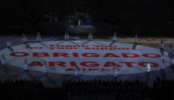 閉会式の会場に「ARIGATO」などの文字が映し出された=樫山晃生撮影