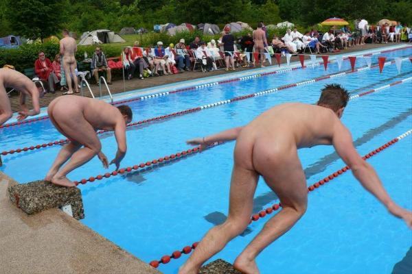 水泳を楽しむFKK会員の男性ら=独ヌーディスト・クラブ協会提供