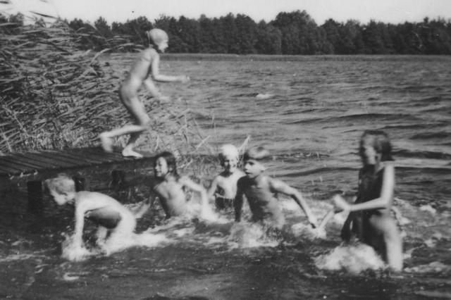 湖で水遊びに興じる旧東独のFKK愛好者たち=旧東独のヌーディスト・クラブ(AKK)提供