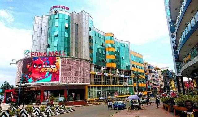 エチオピアの首都アディズアベバ。アップルやソニーの看板が並ぶショッピングモールもできていた=2016年5月