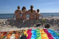 海水浴を楽しむFKKの家族会員=独ヌーディスト・クラブ協会提供