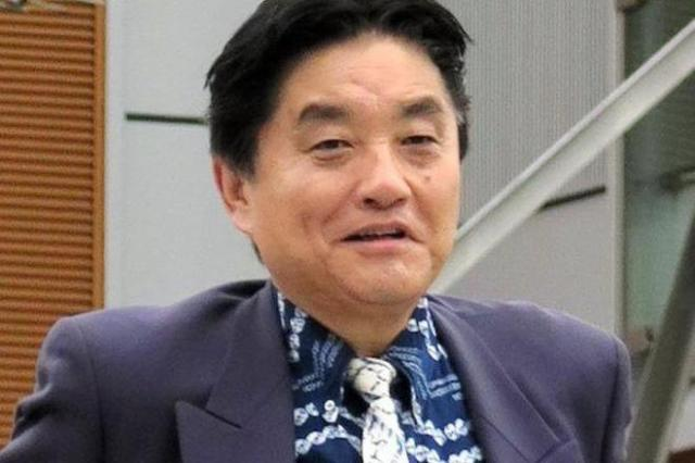 「蜘蛛絞り」と「人目絞り」のシャツ。ネクタイも有松絞という河村市長得意の「柄オン柄」コーディネート=4月10日、京都府