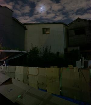 段ボールハウスから見えた月。寝付けなかったこともあり、いろんなことを考えてしまった一夜でした