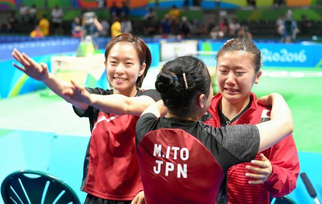 女子団体3位決定戦で銅メダルを獲得して伊藤美誠(中央)に抱きつかれ涙を流す福原愛(右)。左は石川佳純=2016年8月16日、竹花徹朗撮影