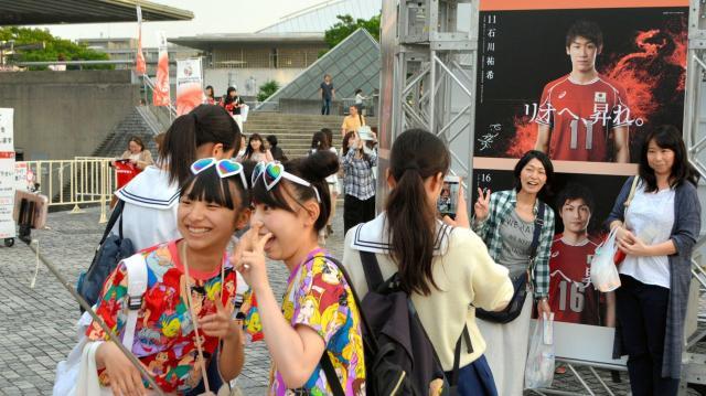 今年5月に開かれたリオデジャネイロ五輪世界最終予選の会場そばで、ポスターを撮影するファン。一番人気は石川祐希選手