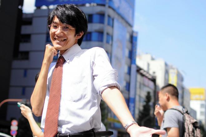 「好きなポーズで」というリクエストに応える高橋尚吾さん。=東京・秋葉原