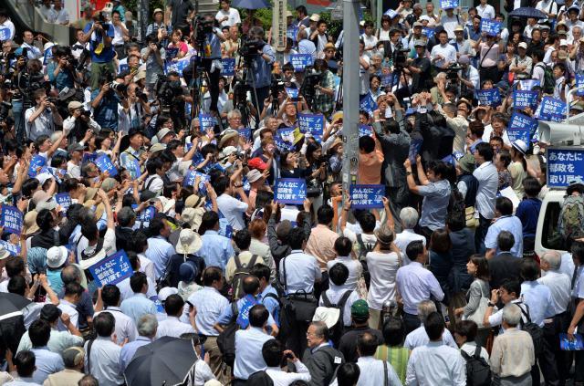ほかの候補者の街頭演説には黒山の人だかり=2016年7月14日、仙波理撮影
