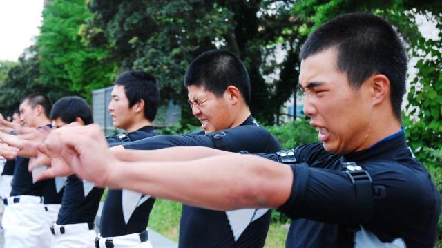 握力を鍛える高校野球の部員