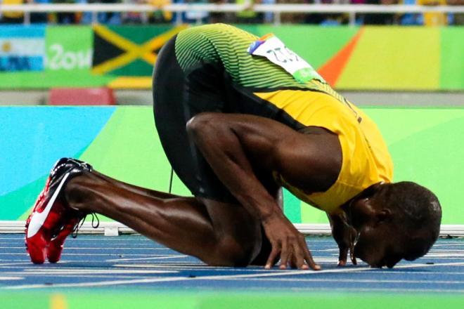 リオ五輪男子200メートルで3連覇を達成し、フィニッシュラインにキスするウサイン・ボルト=西畑志朗撮影
