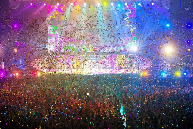 西野カナの「with LOVE tour」では、フリフラのカラフルな光がライブを盛り上げた=2015年、永谷知也氏(WILL CREATIVE INC.)撮影