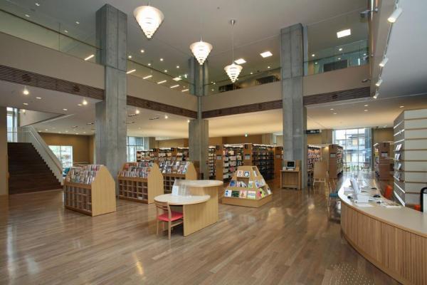 飛騨市図書館の内部