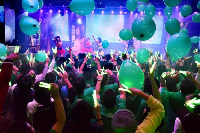 アイドルやアニソンのライブでは、ペンライトが欠かせない応援グッズだ=2015年12月20日、別宮潤一撮影