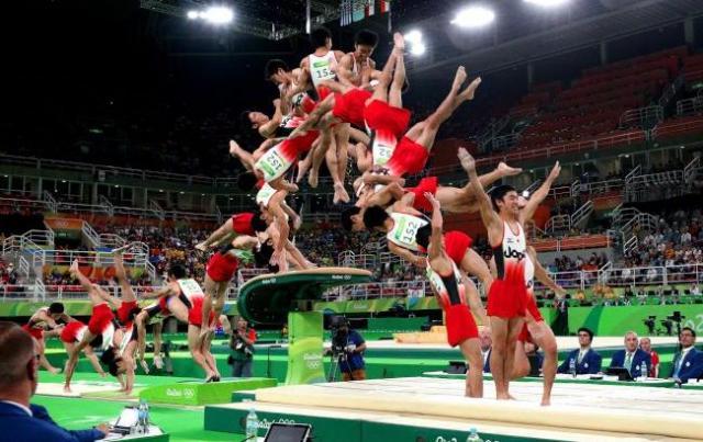 白井健三がリオ五輪の跳馬で決めた「伸身ユルチェンコ3回半ひねり」(後にシライ2と命名)の連続写真=長島一浩撮影(24枚を合成)