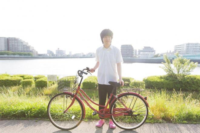 中川の土手に立つ荒井修哉さん=6月23日午後、東京都葛飾区、関田航撮影