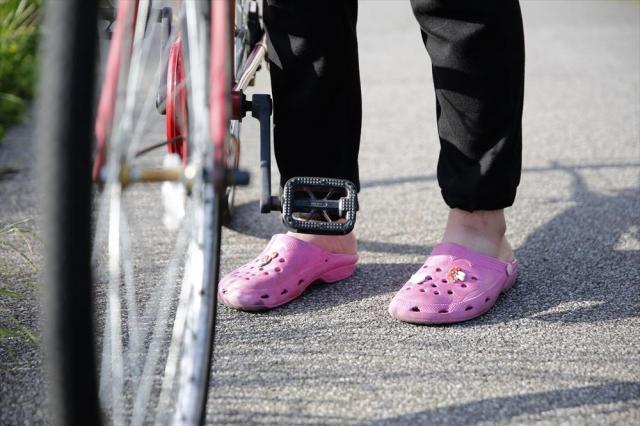 荒井修哉さんの足元は、近所用のピンクのサンダルだった