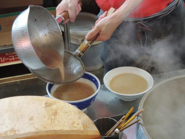 スープを麺に注ぐ
