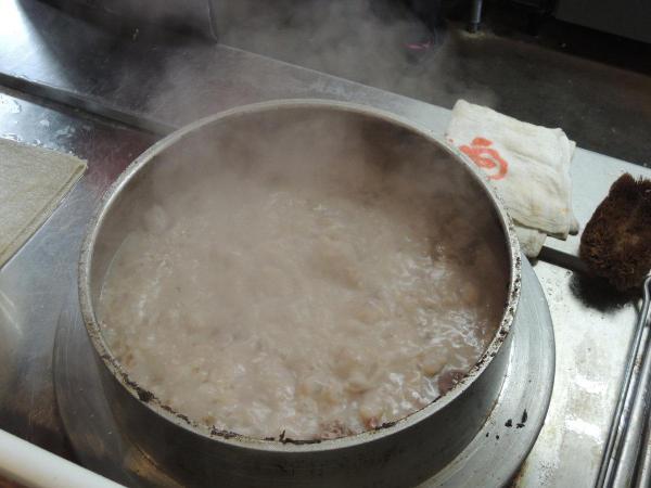 煮立てたスープに新しいスープを継ぎ足しながら味を深めていく「呼び戻し」という製法でつくられたスープ