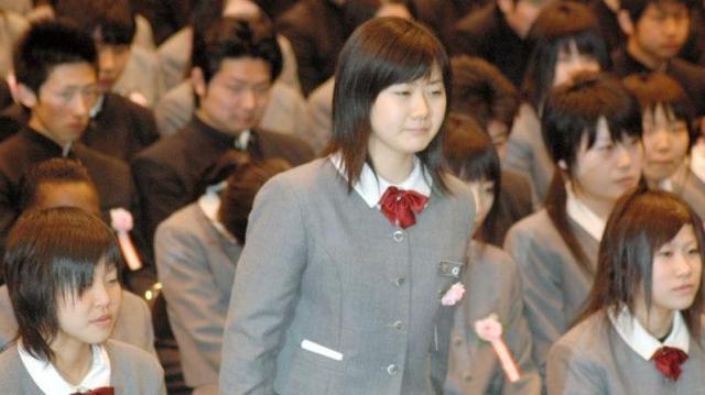 高校の卒業式で名前を呼ばれて起立する福原愛さん=2004年3月11日、青森山田高校で